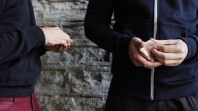 Verslaafde het kopen dosis van drugdealer op straat 9 stock video