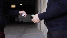 Verslaafde het kopen dosis van drugdealer op straat 1 stock videobeelden