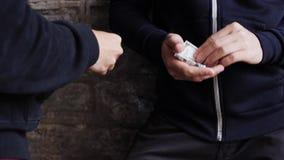 Verslaafde het kopen dosis van drugdealer op straat 11 stock videobeelden