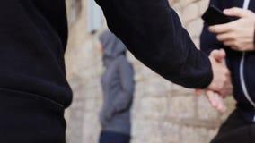Verslaafde het kopen dosis van drugdealer op straat 20 stock video