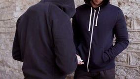 Verslaafde het kopen dosis van drugdealer op straat 26 stock video