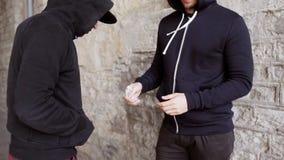 Verslaafde het kopen dosis van drugdealer op straat 29 stock videobeelden