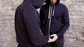 Verslaafde het kopen dosis van drugdealer op straat 27 stock video