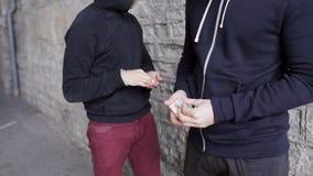Verslaafde het kopen dosis van drugdealer op straat 31 stock video