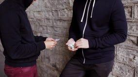 Verslaafde het kopen dosis van drugdealer op straat 33 stock videobeelden