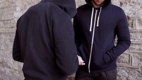 Verslaafde het kopen dosis van drugdealer op straat 39 stock footage
