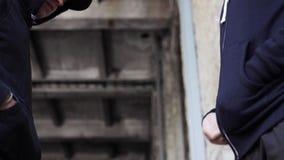 Verslaafde het kopen dosis van drugdealer op straat 38 stock footage