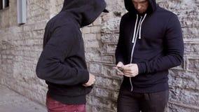 Verslaafde het kopen dosis van drugdealer op straat 41 stock videobeelden