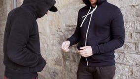 Verslaafde het kopen dosis van drugdealer op straat 42 stock videobeelden
