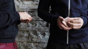 Verslaafde het kopen dosis van drugdealer op straat 44 stock video