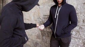 Verslaafde het kopen dosis van drugdealer op straat 30 stock video