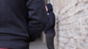Verslaafde het kopen dosis van drugdealer op straat 16 stock videobeelden