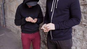 Verslaafde het kopen dosis van drugdealer op straat 32 stock videobeelden