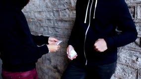 Verslaafde het kopen dosis van drugdealer op straat stock video