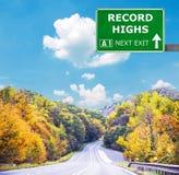 VERSLAG HOGE verkeersteken tegen duidelijke blauwe hemel stock fotografie