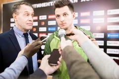 Verslaggevers die Sportman interviewen stock afbeelding