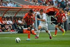 Verslavend spel tussen het FC Shakhtar Donetsk van het teamsogenblik en Bayer Leverkusen Stock Foto's