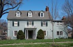 Verslechterd Blauw Koloniaal Huis Royalty-vrije Stock Foto's