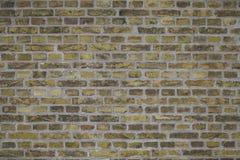 Versleten Doorstane Vuile Gele Bakstenen muurachtergrond Stock Afbeelding