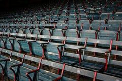 Versleten lege stadionzetels bij honkbalpark Stock Afbeeldingen
