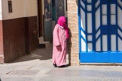 Versluierde Arabische vrouw op de straat Marokko Royalty-vrije Stock Fotografie