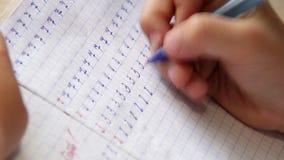Versnelde lengte van een jongen die zijn eerste in rekenkundige het leren cijfers maken stock footage