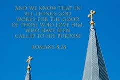 Verso, 8:28 de los romanos, con las cruces de oro gemelas en el cielo foto de archivo