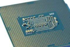 Verso de um processador central com conectores e microplaquetas fotos de stock royalty free