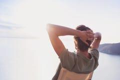 Verso do homem novo que olha o mar, conceito do estilo de vida das férias Fotografia de Stock Royalty Free