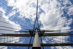 Verso il cielo vista di sartiame di veliero contro un cielo blu nuvoloso immagine stock
