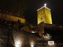 Verso l'alto al vecchio castello acceso di notte Fotografie Stock Libere da Diritti