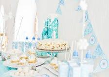 Versorgen der Geburtstagsfeier Stockbild