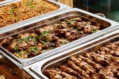 Versorgender Buffet-asiatischer Lebensmittel-Teller mit Fleisch stockbilder