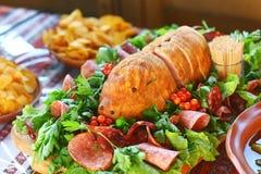 Versorgender Buffet-Nahrungsmittelteller mit Fleisch und buntem Gemüse auf einer Tabelle stockfotos