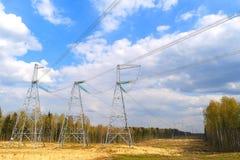 Versorgung Strom unter dem Vertrag zu den Nachbarstaaten Hochspannungsleitungen und ein blauer Himmel mit Wolken stockfotografie