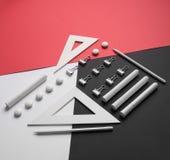 Versorgungen auf der weißen roten und schwarzen Hintergrundtabelle Lizenzfreies Stockfoto