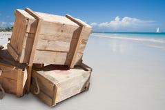 Versorgungen auf tropischem Strand Lizenzfreies Stockbild