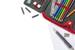 Versorgungen für Schule und Büro, lokalisiert auf Weiß, Eck-backgr Stockfotos