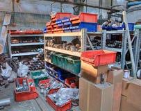 Versorgungen Metallschläuche im Lagerraum, Buttweld Fitting Stockfotos