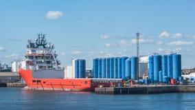 Versorgungsschiff durch Kai storeage Behälter Lizenzfreie Stockfotografie