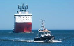 Versorgungsschiff mit Piloten Boat Stockfotos