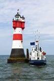 Versorgungsschiff am Roter-Sandleuchtturm Lizenzfreies Stockbild