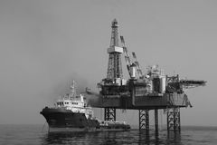 Versorgungsschiff und Bohrinsel, im Entstehen befindliches Werk Stockfotografie