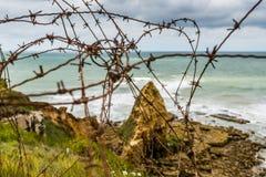 Versperde draad op de klippen van Pointe Du Hoc, Normandië Royalty-vrije Stock Foto's