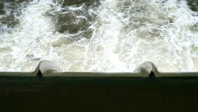 Versperring over de rivier van Neckar stock video