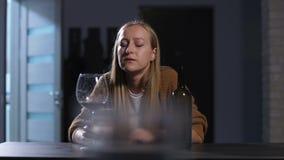 Verspilde gedronken vrouw die in zelf-medelijden alleen drinken stock footage