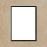 Verspotten Sie herauf den leeren PlakatBilderrahmen, der an der braunen Marmorwand im Raum hängt Lizenzfreie Stockfotografie