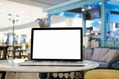 Verspotten Sie herauf leeren Bildschirm des Laptops auf Marmortabelle Lizenzfreie Stockfotografie