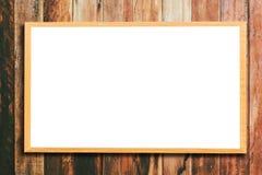 Verspotten Sie herauf leeren hölzernen Bilderrahmen auf hölzerner Wand Stockbilder