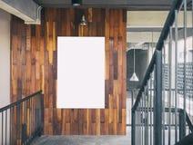 Verspotten Sie herauf leeren Plakatschablone Brett-Anzeigen-Dachboden-Innenraum Stockfotografie